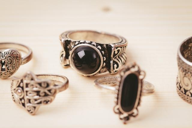 銀色に光輝く美しさも愛着の湧く味わいも♪シルバーアクセサリーの魅力